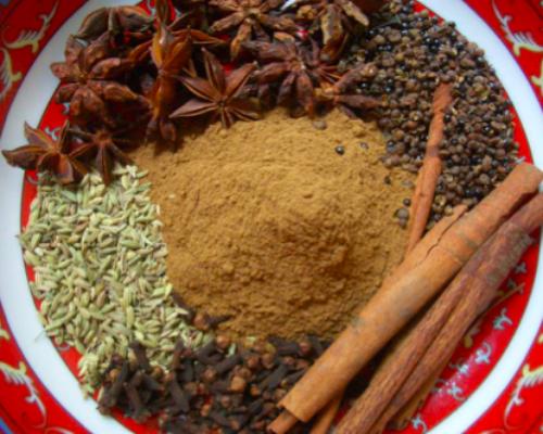 Masala: combinación de especias y condimentos, precocidos en guee, para saborear salsas, salteados, sopas, tartas, y otros.